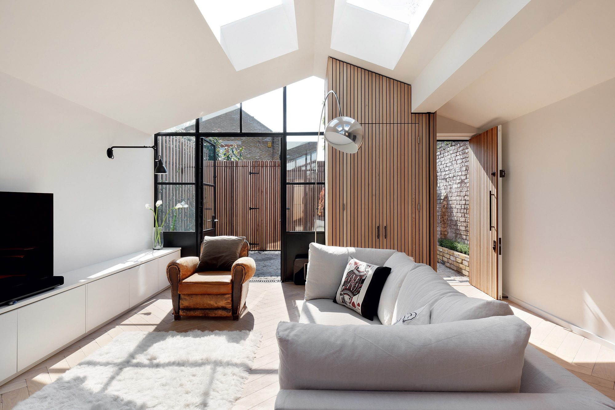 lounge with vaulted ceiling by De Rosee Sa