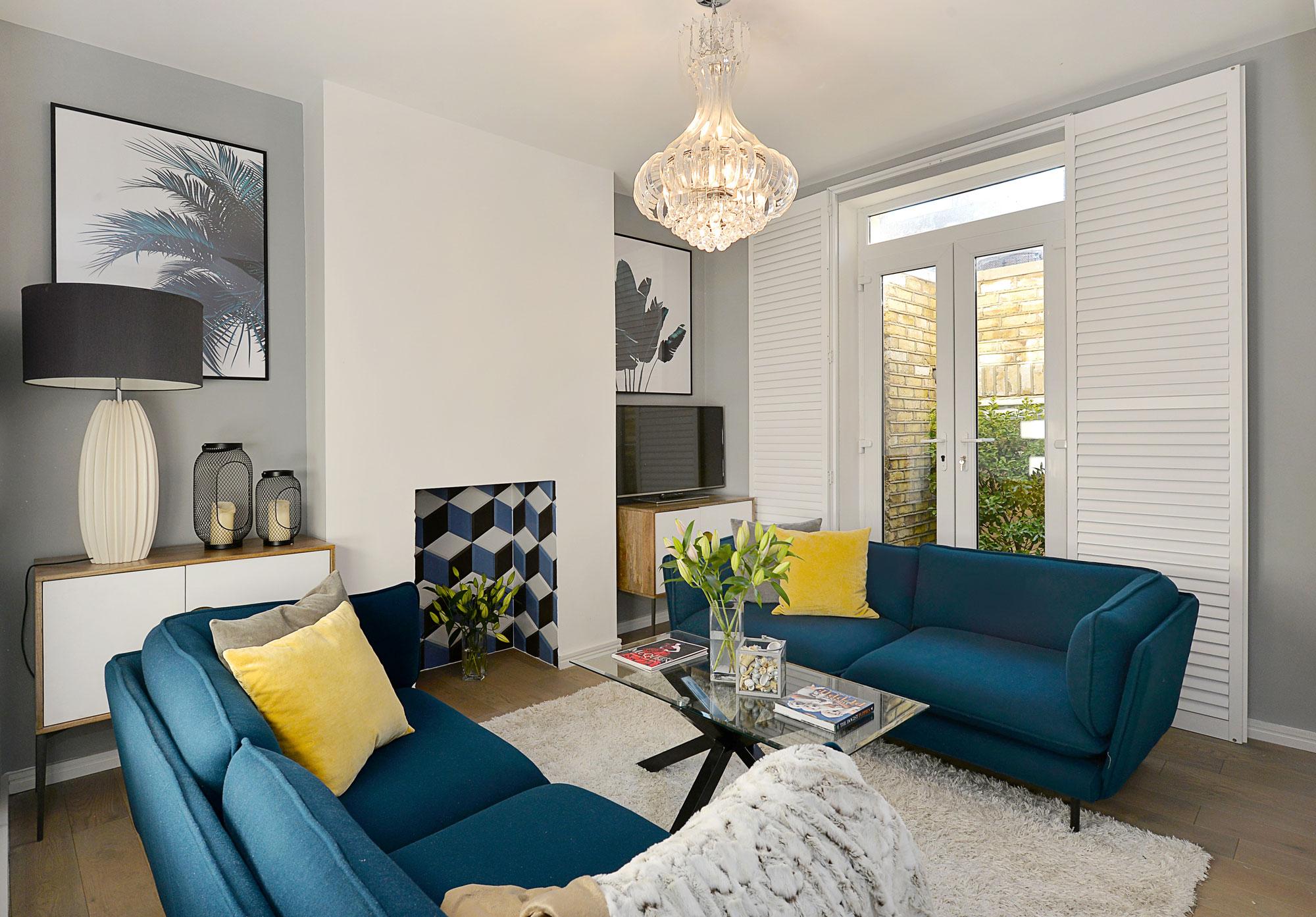 Rénovation du salon avec des canapés bleus