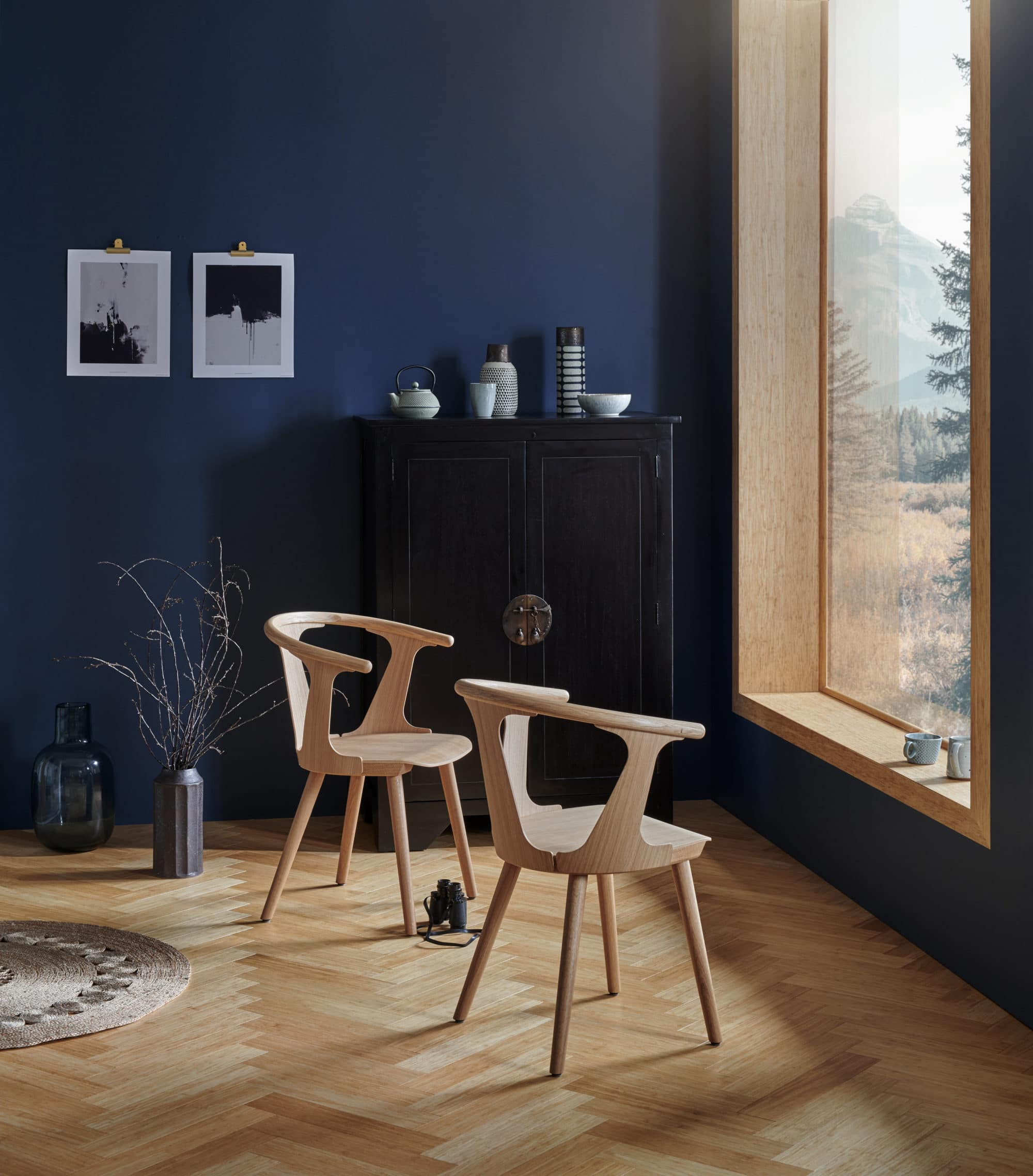 Sitting room with blue wall